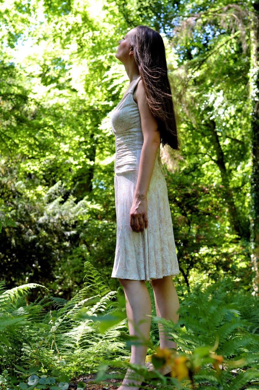 Frau im weißen Kleid im Wald